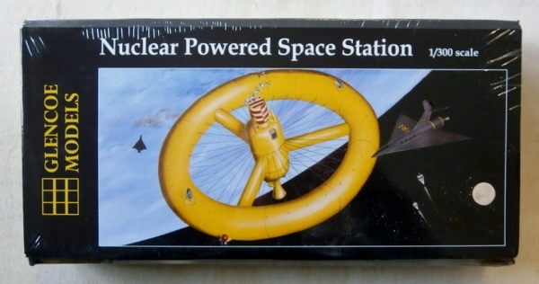 06909 NUCLEAR POWERED SPACE STATION 1/300