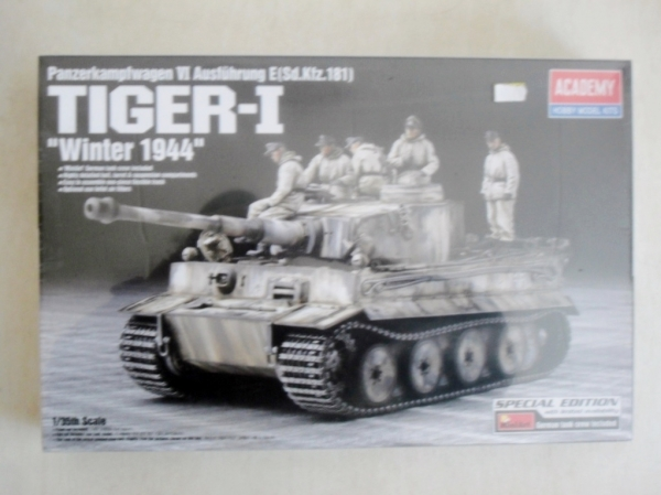 13861 TIGER I WINTER 1944 WITH FIGS