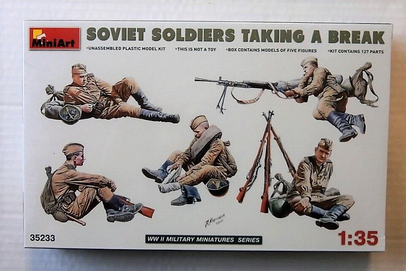 35233 SOVIET SOLDIERS TAKING A BREAK