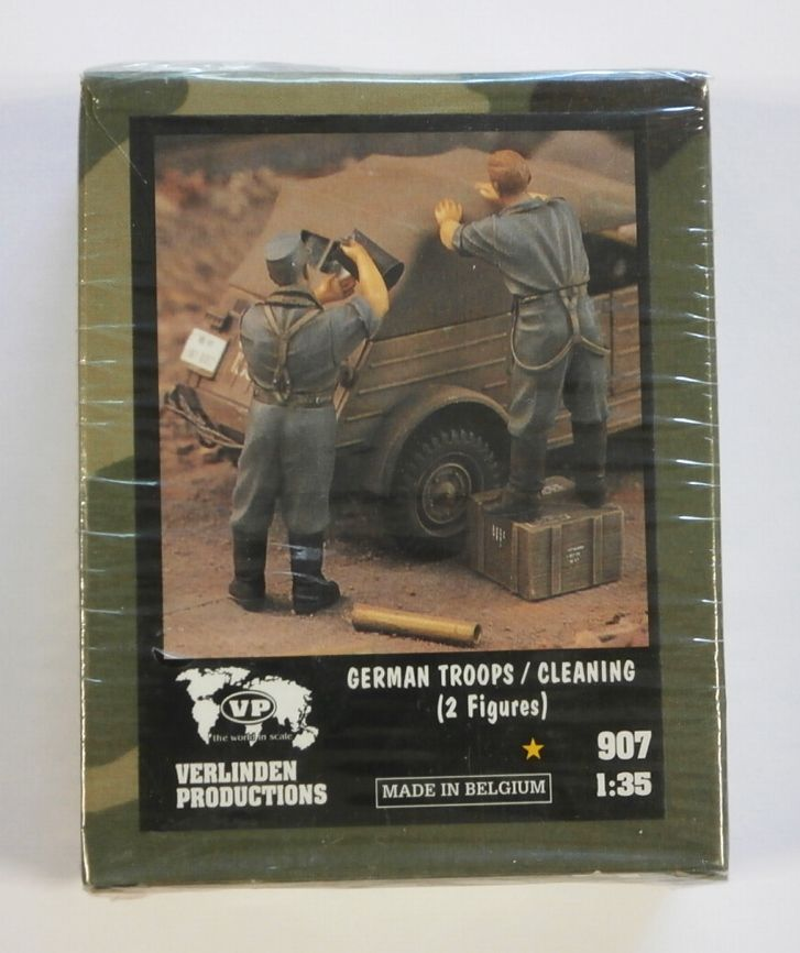 907 GERMAN TROOPS/CLEANING  2 FIGURES