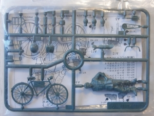 TAMIYA 1/35 94005 WWII GERMAN SOLDIER WITH BICYCLE