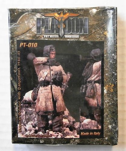 PLATOON 1/35 PT010 GERMAN SOLDIER WITH PANZERFAUST 1944-45